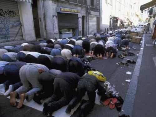 musulmans priant dehors rue de Marseille.jpg